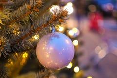 Bola roja de la Navidad con las luces de la guirnalda Imagen de archivo libre de regalías