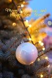 Bola roja de la Navidad con las luces de la guirnalda Imagenes de archivo