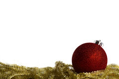 Bola roja de la Navidad con malla amarilla Imagenes de archivo