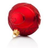Bola roja de la Navidad de las decoraciones aislada en el fondo blanco foto de archivo libre de regalías