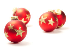 Bola roja de la Navidad delante de otras Imagen de archivo libre de regalías
