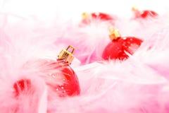 Bola roja de la Navidad en la pelusa rosada Imagen de archivo libre de regalías