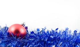 Bola roja de la Navidad en oropel azul Imagen de archivo libre de regalías
