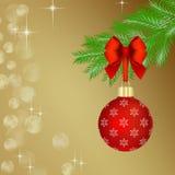Bola roja de la Navidad en rama de árbol de abeto Fotografía de archivo libre de regalías