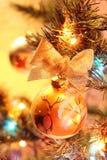 Bola roja de la Navidad en un árbol de navidad Imagen de archivo libre de regalías