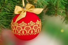 Bola roja de la Navidad y del Año Nuevo con el modelo de oro del cordón en Fotos de archivo libres de regalías