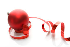 Bola roja - decoración de la Navidad Imágenes de archivo libres de regalías