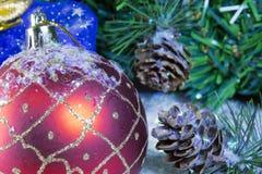 Bola roja del Año Nuevo, todavía de la Navidad vida Foto de archivo libre de regalías