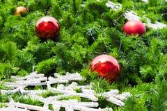 Bola roja en el árbol de navidad Imagen de archivo