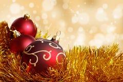 Bola roja grande de la Navidad en el oro Imagenes de archivo