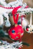 Bola roja hermosa en el árbol de navidad Imagen de archivo
