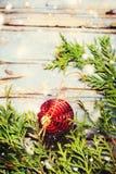 Bola roja Toy Wooden Background de la composición de la Navidad Fotografía de archivo libre de regalías