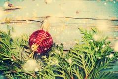 Bola roja Toy Wooden Background de la composición de la Navidad Foto de archivo libre de regalías