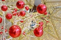 Bola roja usada para adornar la Navidad y el Año Nuevo Imagenes de archivo