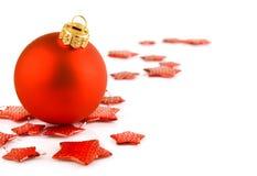 Bola roja y estrellas de la Navidad aisladas en blanco Imagenes de archivo