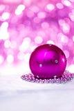 Bola rosada de la Navidad Fotografía de archivo libre de regalías