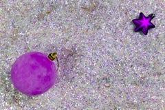Bola rosada del ` s del Año Nuevo en nieve artificial Imagenes de archivo