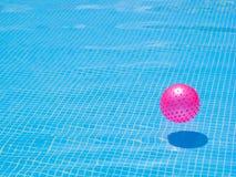 Bola rosada en una piscina Foto de archivo libre de regalías