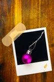 A bola roxa é uma foto com um quadro e uma superfície de madeira imagem de stock