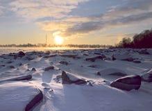 Bola solar sobre el banco pedregoso del río imagen de archivo