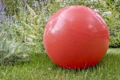 Bola suiza del ejercicio al aire libre Imagenes de archivo