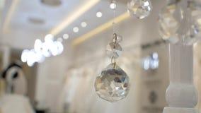 Bola tallada de cristal, bola del día de fiesta, fondo video con la bola, decoración de la Navidad, luz del juego, vidrio abstrac almacen de metraje de vídeo
