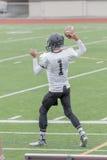 Bola trowing del futbolista de la High School secundaria Fotografía de archivo