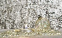 Bola, vela y gotas de la Navidad Fotos de archivo