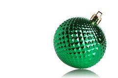 Bola verde de la Navidad aislada en el fondo blanco Fotos de archivo