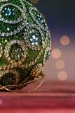 Bola verde de la Navidad con cierre de la decoración de la Navidad del ornamento para arriba Foto de archivo libre de regalías