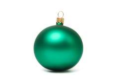 Bola verde do Natal isolada Fotografia de Stock