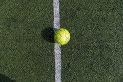 Bola verde em um campo de futebol verde Futebol da rua Foto do verão do minifootball Fotos de Stock Royalty Free