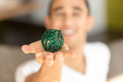 Bola verde en la palma Foto de archivo