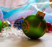 Bola verde na árvore de Natal Imagem de Stock Royalty Free
