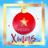 Bola vermelha bonita da árvore de Natal no quadro dourado Imagens de Stock Royalty Free