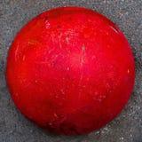 Bola vermelha brilhante O hemisfério da barreira concreta-um para a passagem do carro imagens de stock