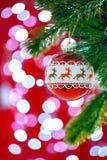 Bola vermelha de suspensão do Natal no fundo abstrato Imagens de Stock Royalty Free