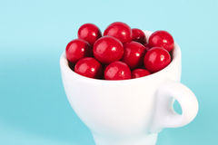 Bola vermelha do chocolate dos doces em um copo Imagem de Stock