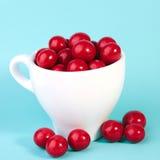 Bola vermelha do chocolate dos doces em um copo Fotos de Stock