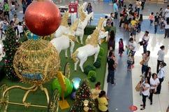 Bola vermelha do Natal acima da estátua do isopor dos cavalos brancos do unicórnio que puxam o transporte esférico dourado Fotografia de Stock