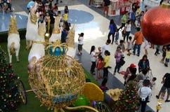 Bola vermelha do Natal acima da estátua do isopor dos cavalos brancos do unicórnio que puxam o transporte esférico dourado Imagens de Stock