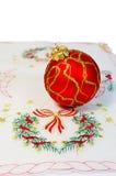 A bola vermelha do Natal bordou o guardanapo isolado foto de stock