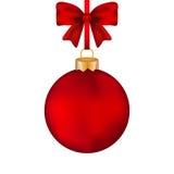 Bola vermelha do Natal com curva em uma fita Fotos de Stock Royalty Free