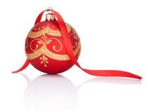 Bola vermelha do Natal das decorações com curva da fita no branco Foto de Stock Royalty Free
