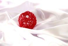 Bola vermelha do Natal do artesanato Fotos de Stock
