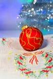 Bola vermelha do Natal em um guardanapo imagem de stock royalty free