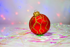 Bola vermelha do Natal na tabela Fotos de Stock