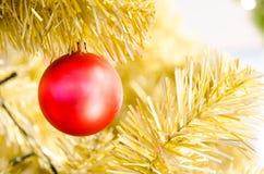 Bola vermelha do Natal que pendura na árvore de Natal Imagem de Stock Royalty Free