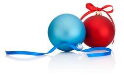 Bola vermelha e azul do Natal com curva da fita no branco Imagens de Stock Royalty Free