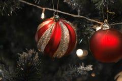 Bola vermelha e de prata do Natal em uma árvore de Natal bonita foto de stock royalty free